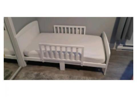 lit de transition en bois blanc